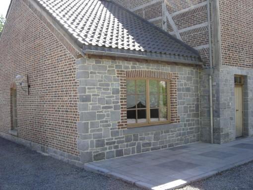 > Rejointoyage extérieur briques et pierres dans un coloris gris.