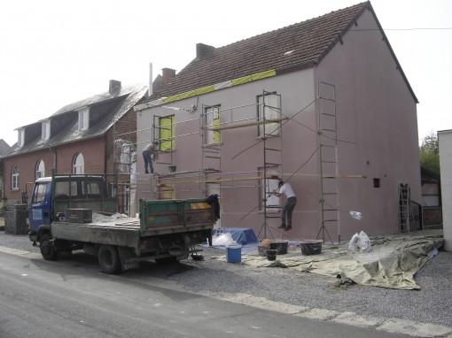 > Repassage d'une couche de crèpi à l'ancienne sur un ancien crèpi réalisé il y a 20 ans. Lors d ela mise en place du chantier, notez l'importance de bien protéger et calfeutrer les chassis de portes et fenêtres.