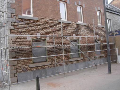 Soubassement en pierres de taille posé, nous attaquons la reconstruction du pignon à l'aide  de briques de réemploi, pour ne pas dénaturé le bâtiment, et nous posons de nouveaux seuils  en pierres pour les fenêtres du rez-de-chaussé.