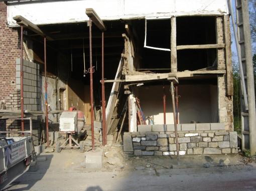 > Pose des étançons pour le soutien de la toiture et démontage de la structure en poutrelles de bois.