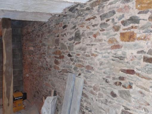 > Voici l'aspect des joints anciens rejointoyé à l'époque à la chaux. Remarquez également l'enduit blanc des voûtes qui forment le plafond.