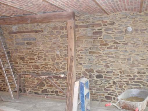 > Travaux de transformation intérieure. Sablage des voûtes , décapage et rejointoyage du mur de pierres apparentes.